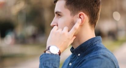 无线耳机的危害:会在人脑附近发出电磁波